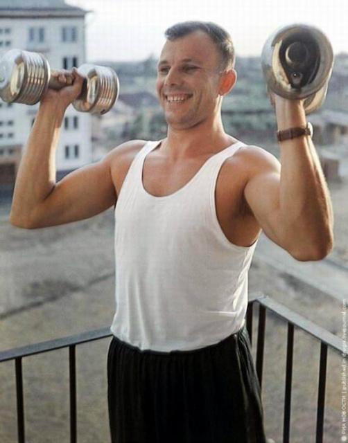 Юрий Гагарин занимается спортом, лето 1963 года