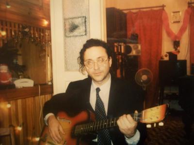 Артур Ермилов. Дома с гитарой